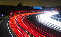 Ciclista foi atropelada por caminhão em via pouco iluminada e não sinalizada (Pixabay)