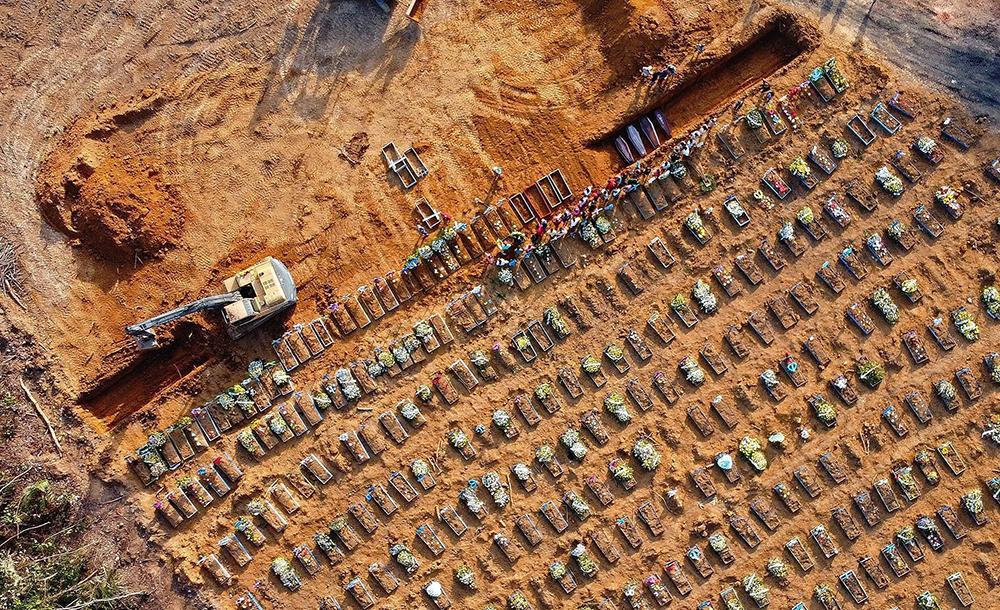 Retroescavadeira abre vala coletiva em cemitério público na zona oeste de Manaus