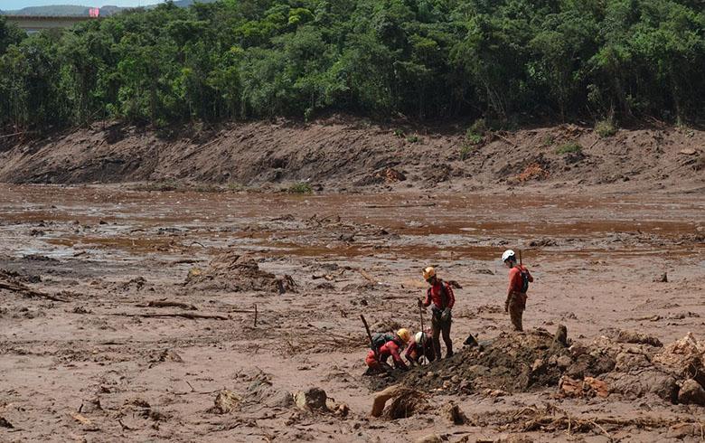 Bombeiros em ação em Brumadinho: tragédia causou a morte de centenas e danos ambientais incalculáveis