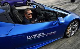 Esta foto tirada em 13 de junho de 2020 mostra o empresário tailandês Thanakorn Mahanontharit, também conhecido como Yod, entrando em um carro Lamborghini durante uma sessão de testes para clientes em Bangcoc (Lillian Sueanrumpha/AFP)