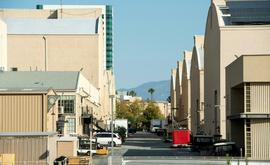 Rua vazia entre os estúdios da Warner Bros em Los Angeles, devido à paralisação pela pandemia (Valerie MaconAFP)