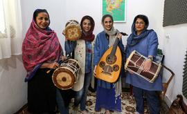 Malihe Shahinzadeh, que toca pippeh, Negin Heydari, que toca kasser, Noushin Yousefzadeh, que toca oud, e a percursionista Faezeh Mohseni (Atta Kenare/AFP)