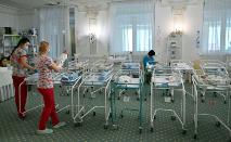 Enfermeiras cuidam de recém-nascidos no Venice Hotel em Kiev, Ucrânia, onde mais de 100 bebês nascidos de mães de aluguel esperam que seus pais os busquem (Sergei Supinsky /AFP)