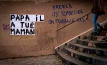 """Papai matou a mamãe"", diz grafite de campanha de alerta contra a violência doméstica (Lionel Bnaventure/AFP)"