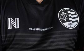 Para lançar a camisa preta, o Conselho Deliberativo do clube realizou sessão extraordinária. O Náutico nunca tinha usado a cor em seu uniforme porque o time é branco e vermelho (Divulgação/Náutico)