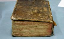 O volume que inclui obra de teatro de Shakespeare (John Stone/AFP)