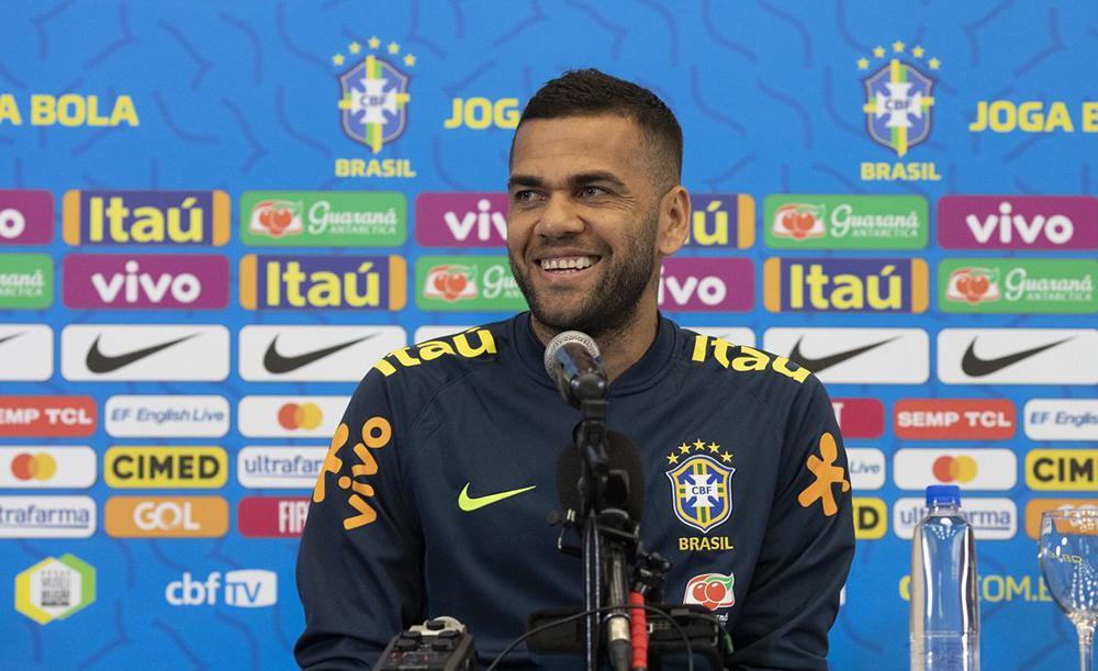Com longa carreira na Europa, tendo passagens por times de Espanha, Itália e França, Daniel Alves conseguiu arregimentar milhões de fãs nas redes sociais
