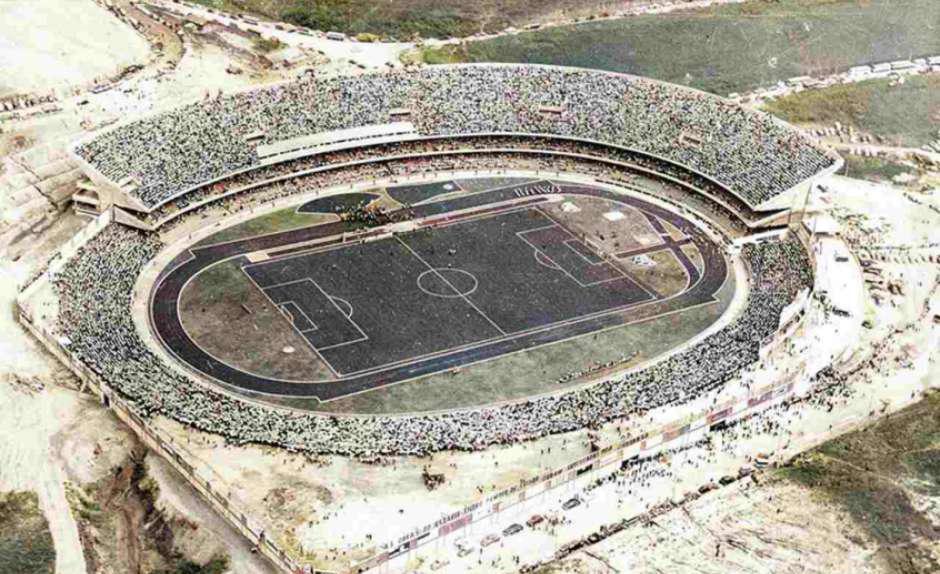 O primeiro jogo no Morumbi foi realizado com parte do anel superior do estádio ainda em obras