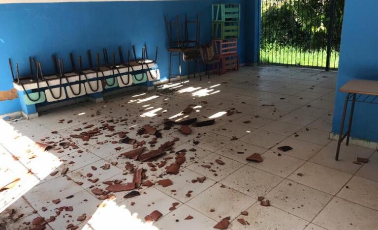 Telhas quebradas na região rural do município de Amargosa, no Recôncavo Baiano