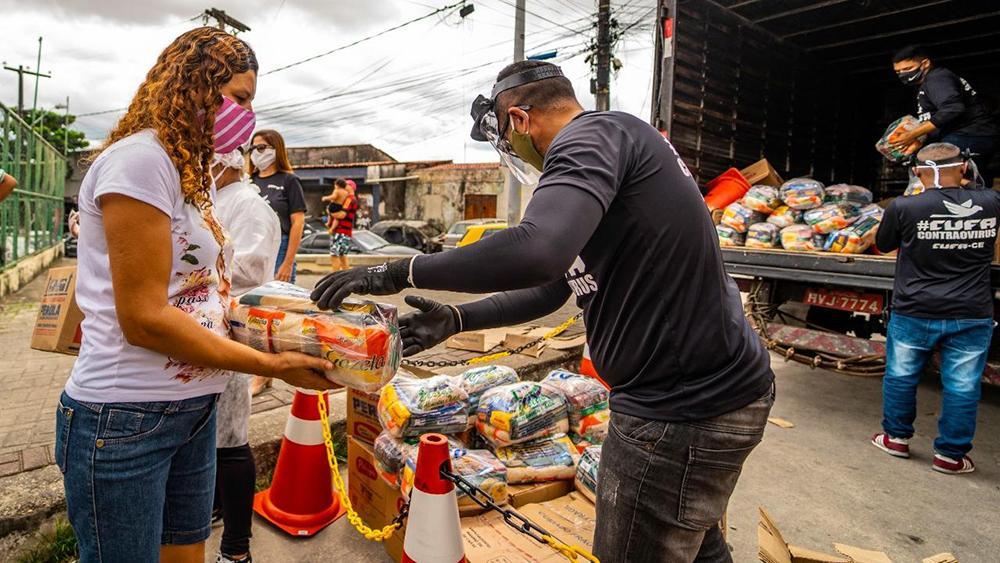 Enquanto governo se assustava com 'os invisíveis', vizinhos, amigos e ONGs agiam para dar de comer a quem precisa