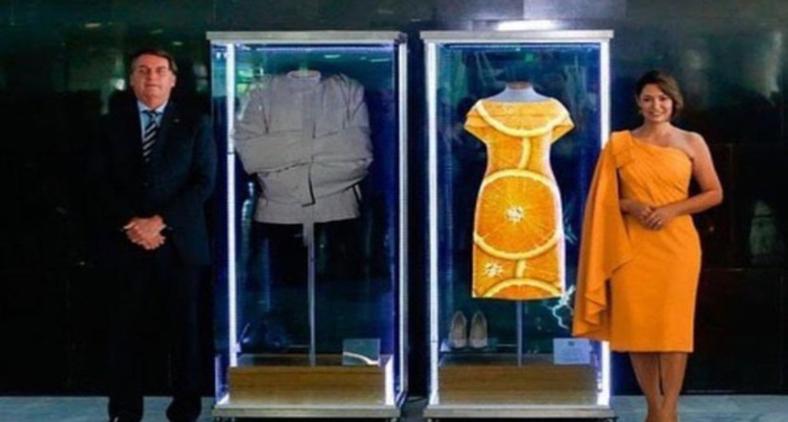 A cerimônia promovida pela primeira dama Michelle Bolsonaro de inauguração da 'exposição' dos trajes presidenciais do dia posse foi alvo de memes na internet (Reprodução)