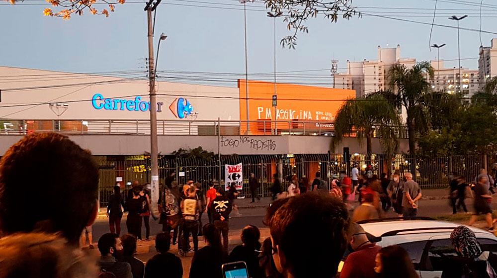 Manifestantes em frente ao Carrefour em Porto Alegre protestam, em novembro, pelo assassinato de João Alberto, morto pelos seguranças da loja