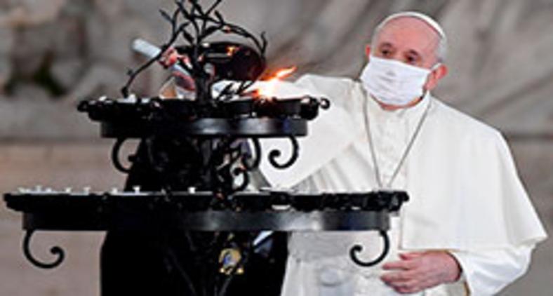 Papa Francisco acende vela em evento interreligioso, promovido pela comunidade Santo Egídio, em outubro deste ano. (Andreas Solaro/AFP)