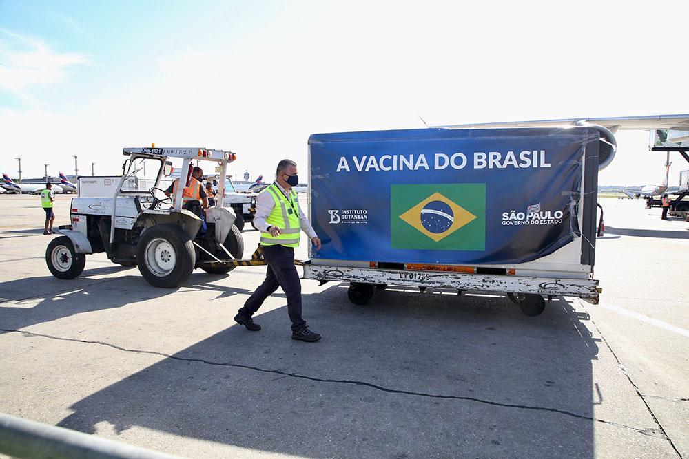 Chegada do novo lote da vacina do Butantan no aeroporto de Guarulho no dia 18 de dezembro