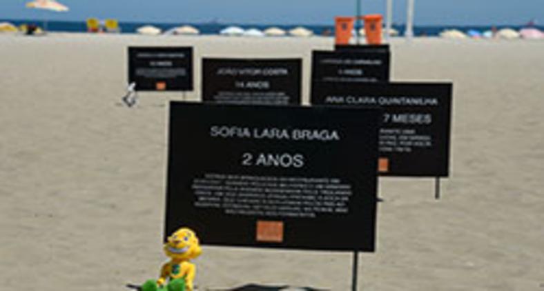 Ato organizado pela ONG Rio de Paz, em 2017, no qual placas forma colocadas na praia de Copacabana com nomes de menores que morreram vítimas de balas perdidas nos 10 anos anteriores na capital fluminense (Tomaz Silva/Agência Brasil)