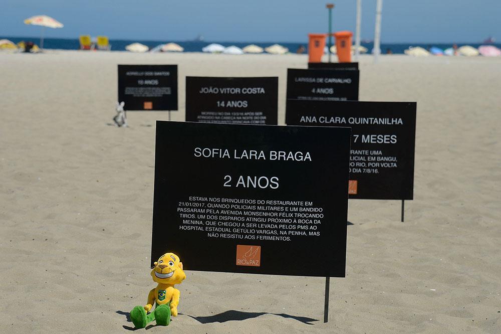 Ato organizado pela ONG Rio de Paz, em 2017, no qual placas forma colocadas na praia de Copacabana com nomes de menores que morreram vítimas de balas perdidas nos 10 anos anteriores na capital fluminense