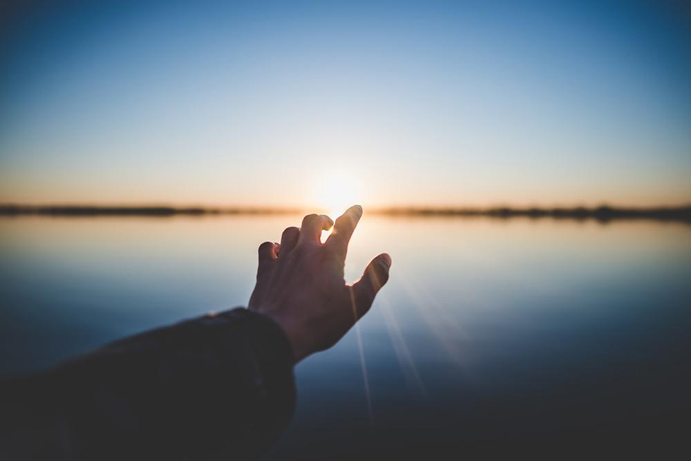 A pessoa cristã é convidada a olhar a realidade, os diversos contextos e dar uma resposta à luz da fé, mesmo quando tudo parece ser trevas