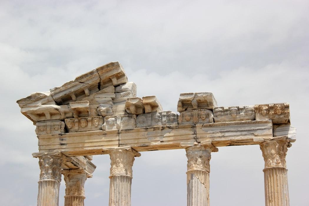 """A palavra ética vem do grego ethos, originalmente tinha o sentido de """"lugar em que se vive"""" e posteriormente passou a significar """"caráter"""""""