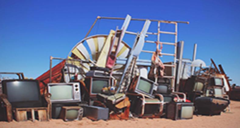 Além de mal-acostumada com sua antiga opulência, a TV ainda enfrenta a concorrência dos nossos celulares (Ann Kathrin Bopp/ Unsplash)