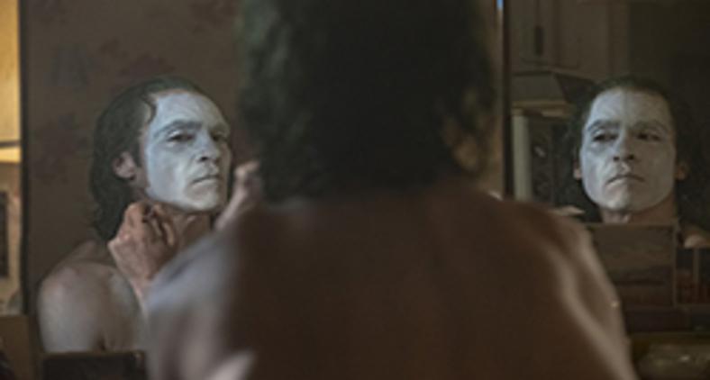 Joaquin Phoenix em 'O coringa', um dos melhores filmes da temporada, interpreta o psicopata Arthur Fleck (Warner Bros. Entertainment Inc. All Rights Reserved. TM & © DC Comics / Niko Tavernise)