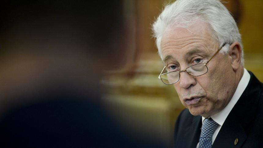 Carlos Costa é diretor do Banco de Portugal, que deveria fiscalizar as operações bancárias do país