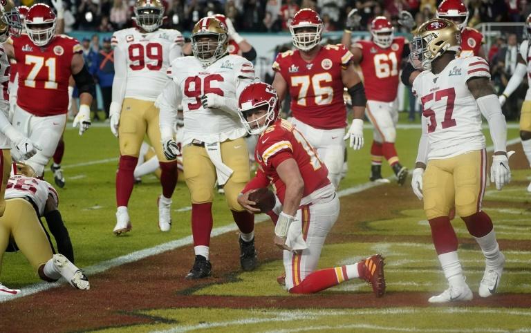 O quarterback do Kansas City Chiefs, Patrick Mahomes (15), marca um touchdown no Super Bowl contra o San Francisco 49ers