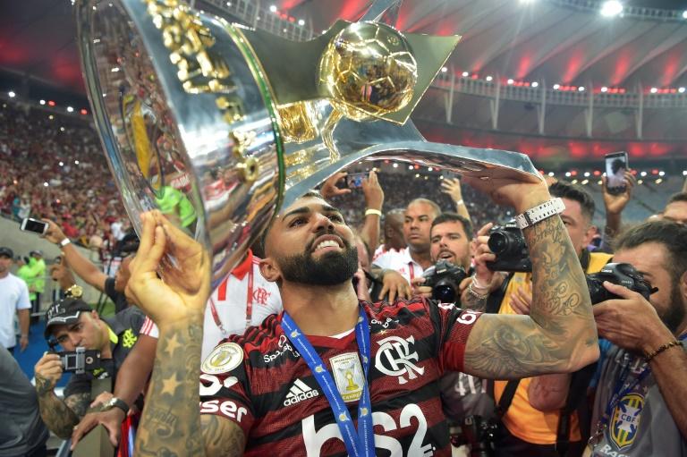 O atacante Gabigol, do Flamengo, levanta o troféu do Brasileirão 2019