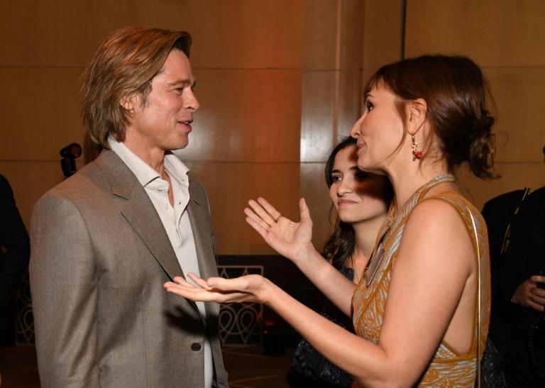 A cineasta brasileira Petra Costa (D) conversa com o ator americano Brad Pitt durante almoço dos indicados ao Oscar no teatro Dolby, em Hollywood, 27 de janeiro de 2020