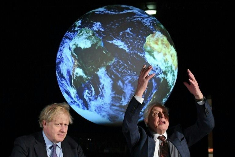 Primeiro-ministro britânico, Boris Johnson (esq.), e o conservacionista David Attenborough na apresentação da COP26, em Londres