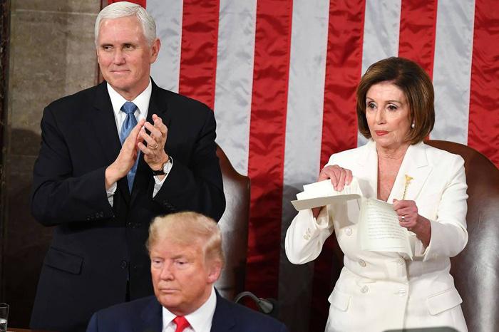 Líder democrata Nancy Pelosi rasgou discurso de Trump durante o evento