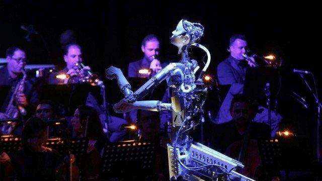 Robô atuando como maestro em orquestra Foto: SATISH KUMAR / REUTERS