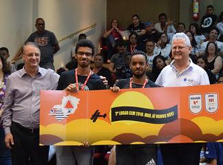 Lucas Vitor Miranda e Gabriel Souza de Oliveira, da Escola Estadual Deputado Manoel Costa, durante a final do CEM (Dom Total)