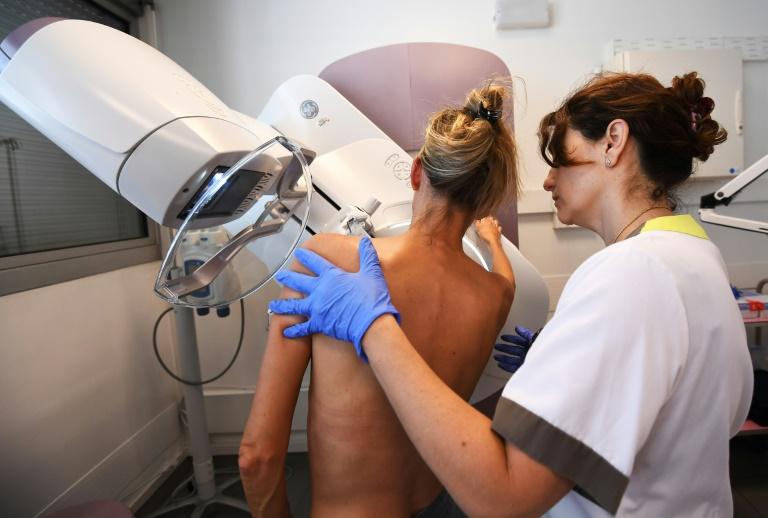 Paciente faz uma mamografia no Instituto Paoli-Calmette, um centro de controle de câncer, na cidade francesa de Marselha