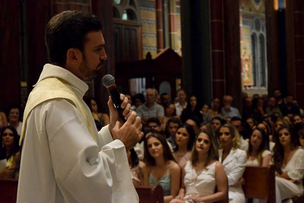 Jesuíta Francys Silvestrini celebrando missa solene de formatura