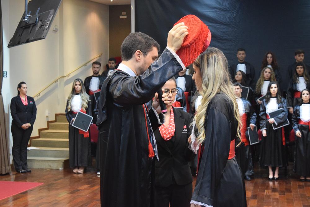 Coordenador do curso de Direito Integral Franclim Brito concede grau à formanda Letícia Cristina