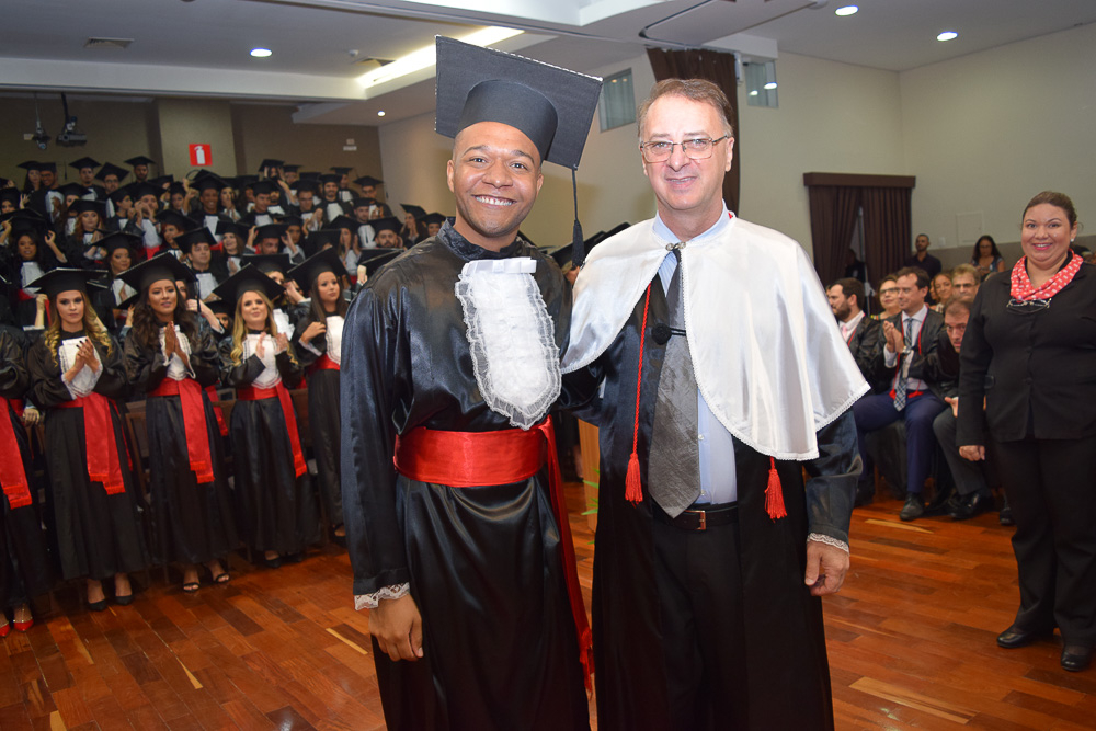 Formando Guilherme Marçal ao lado do reitor da Dom Helder Paulo Umberto Stumpf SJ