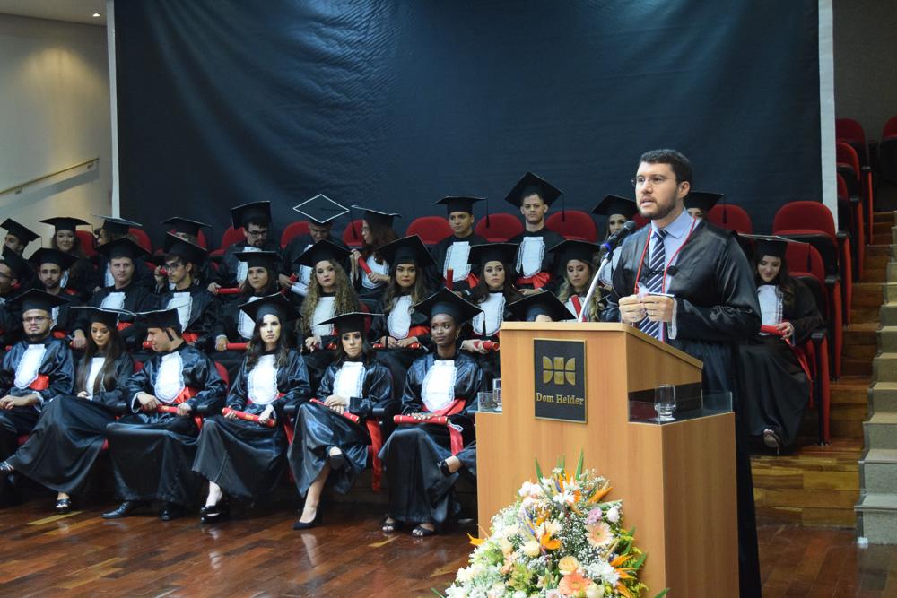 Professor Franclim Brito em seu discurso aos formandos do Direito Integral