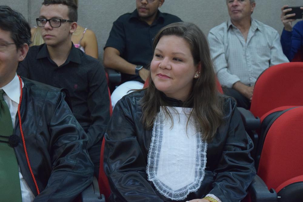 Funcionária Paloma Bremer recebe homenagem dos formandos do Direito Integral