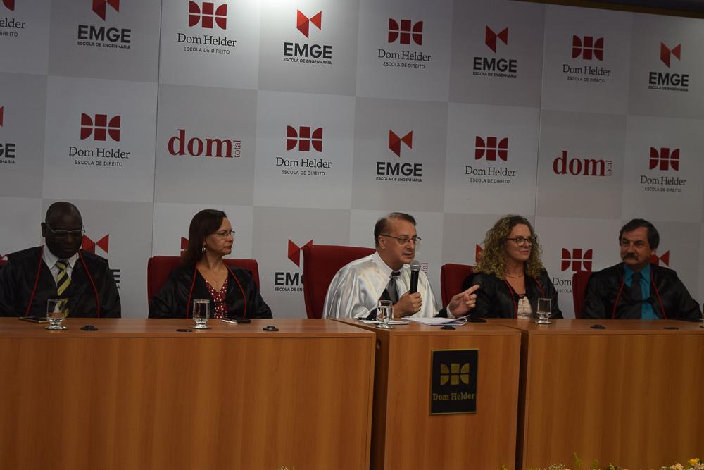 Professor Paulo Stumpf SJ, reitor da Dom Helder, preside mesa solene