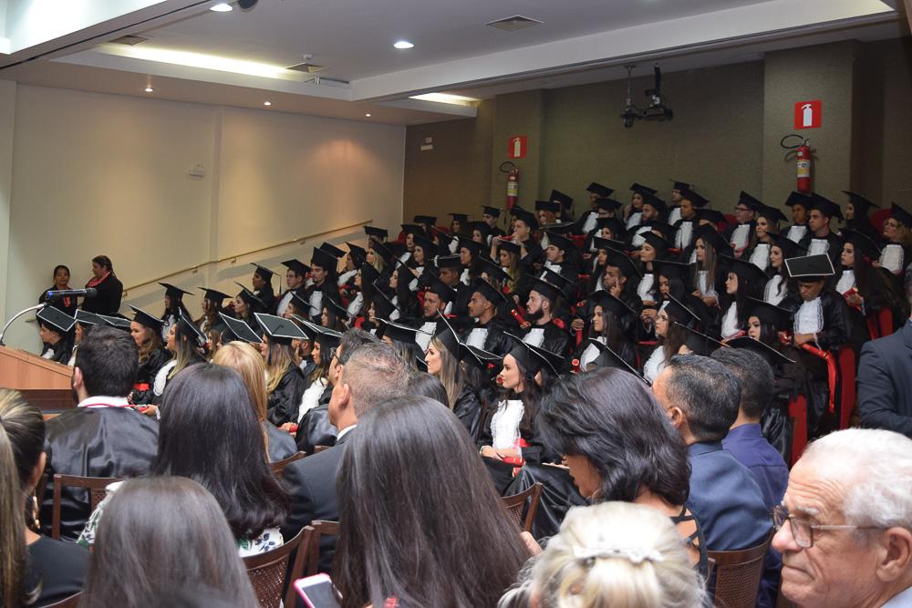 Convidados e formandos durante colação de grau