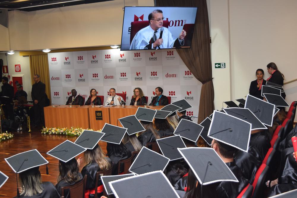 Formandos atentos ao discurso do Reitor da Dom Helder Paulo Umberto Stumpf