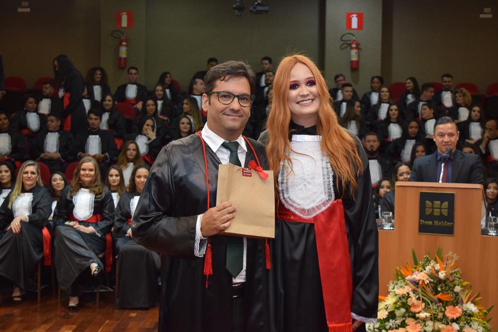 Professor Humberto Macedo, paraninfo das turmas da noite, recebendo homenagem dos turmas da noite pelas mãos da formanda Raíssa Gonçalves