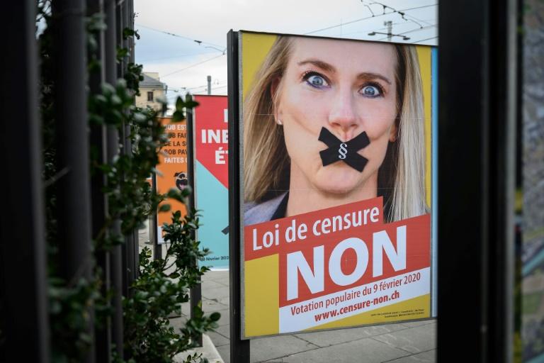 Cartaz de campanha para referendo sobre lei contra a homofobia na Suíça