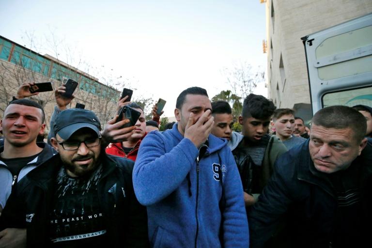 Familiares e conhecidos lamentam a morte do adolescente palestino Mohamed al Hadad