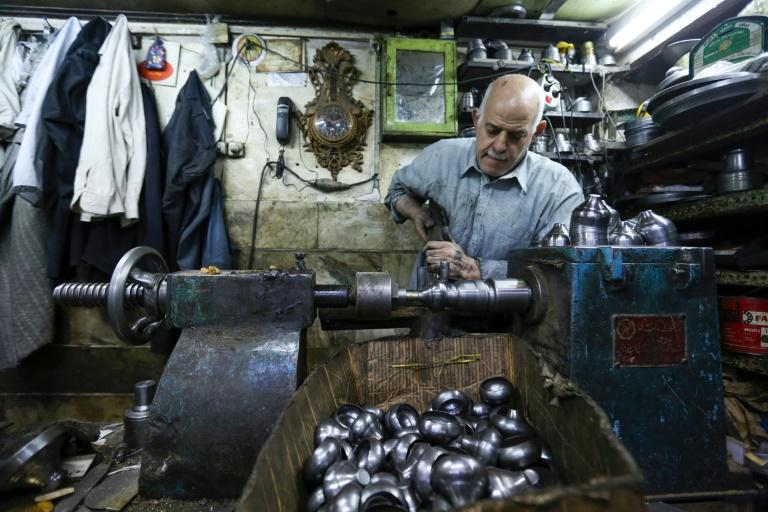 Artesão trabalha no sul de Teerã