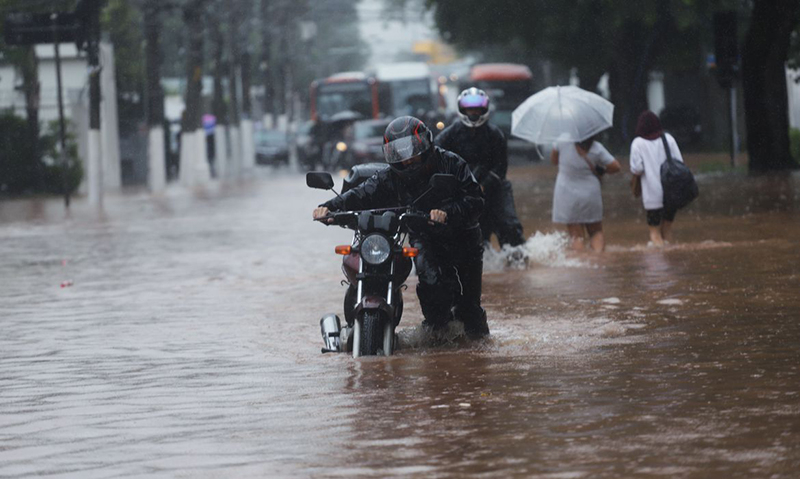 Nem motociclistas conseguiram escapar das inundações