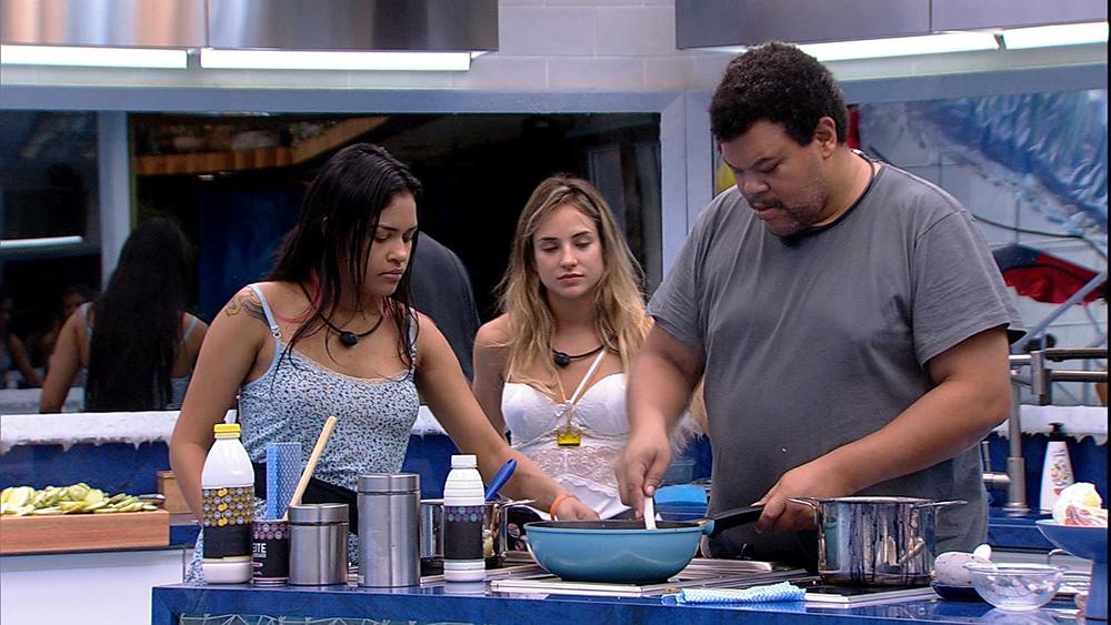 Babu, Gabi e Flayslane estão na cozinha principal da casa