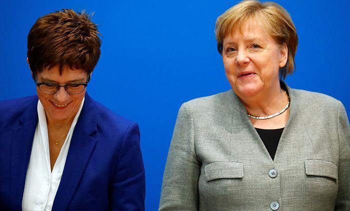 Annegret Kramp-Karrenbauer ao lado da chanceler alemã, Angela Merkel durante reunião da União Democrata-Cristã em Berlim
