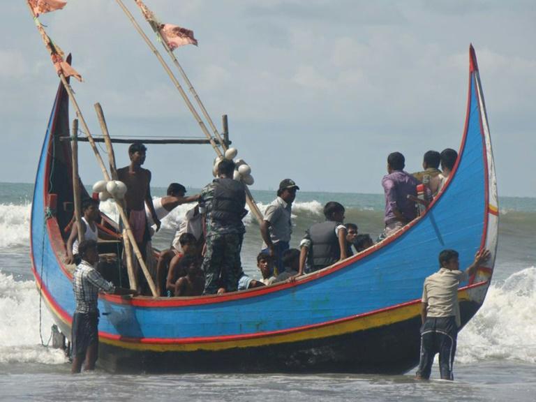 Barcos deteriorados cheios de refugiados frequentemente enfrentam problemas ao tentar chegar à Malásia e precisam ser resgatados por pescadores ou guardas de fronteira de Bangladesh