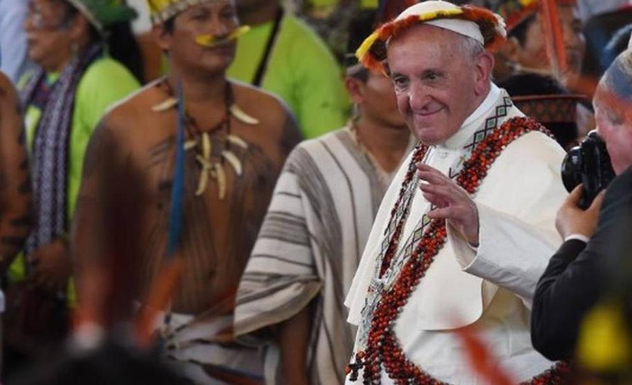 Papa usa trajes indígenas em Puerto Maldonado, no Peru: defesa aos nativos.